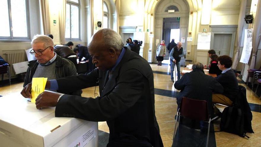 Un ministro y un gobernador retan la fuerza de Renzi en el PD italiano