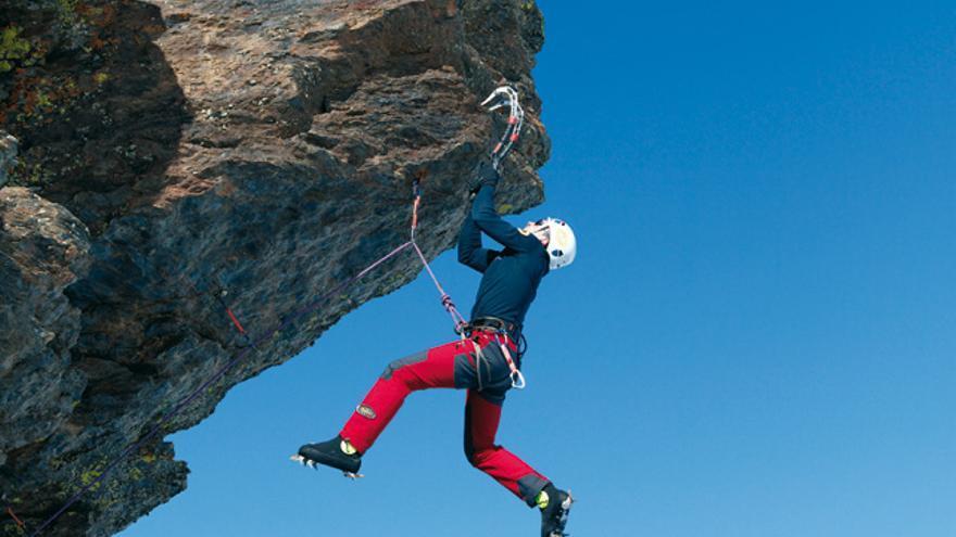 Pablo Gómez escalando  'La Perla Negra' (D6+), Peñones de San Francisco, Sierra Nevada.