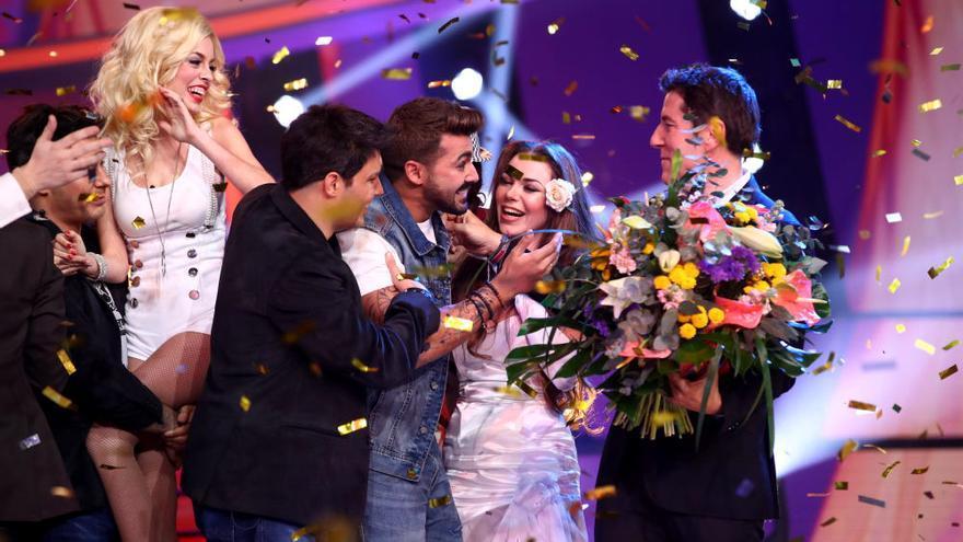 Jorge González, abrazado por sus compañeros al conocerse su victoria