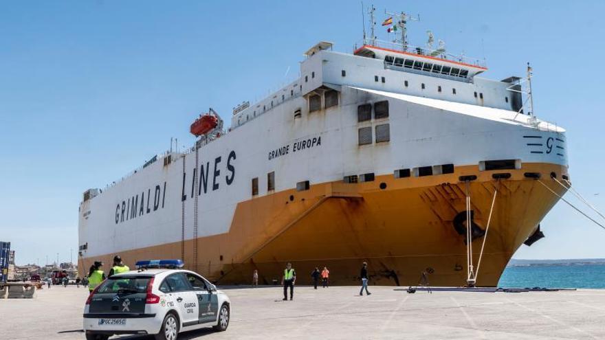 Atraca en el puerto de Palma el buque mercante incendiado