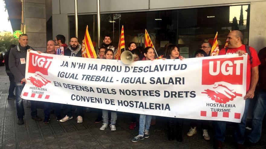 Concentración de apoyo a las camareras de piso de los trabajadores del Hotel Hilton Diagonal Mar  Foto: UGT