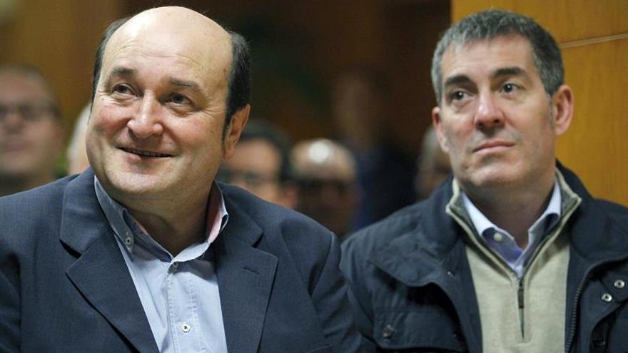 El presidente del PNV, Andoni Ortuzar (i), acompañado del presidente del Gobierno de Canarias, Fernando Clavijo.  EFE/Cristóbal García