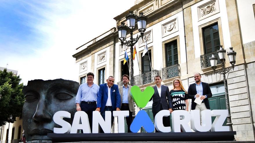 Foto de familia junto a la nueva imagen de marca de la ciudad
