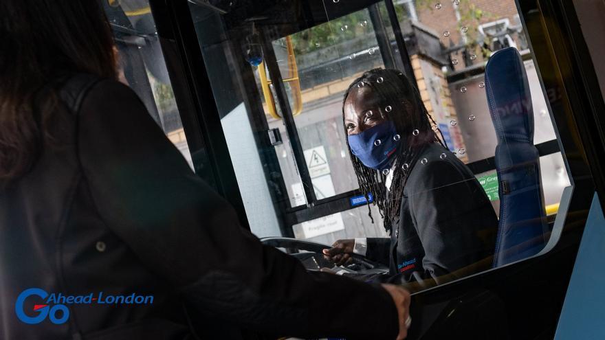 Una conductora de la empresa GoAhead con mascarilla dentro de uno de sus autobuses