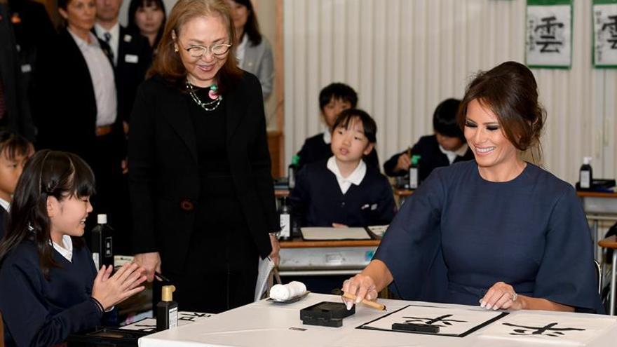 Melania Trump practica caligrafía japonesa en una escuela de Tokio