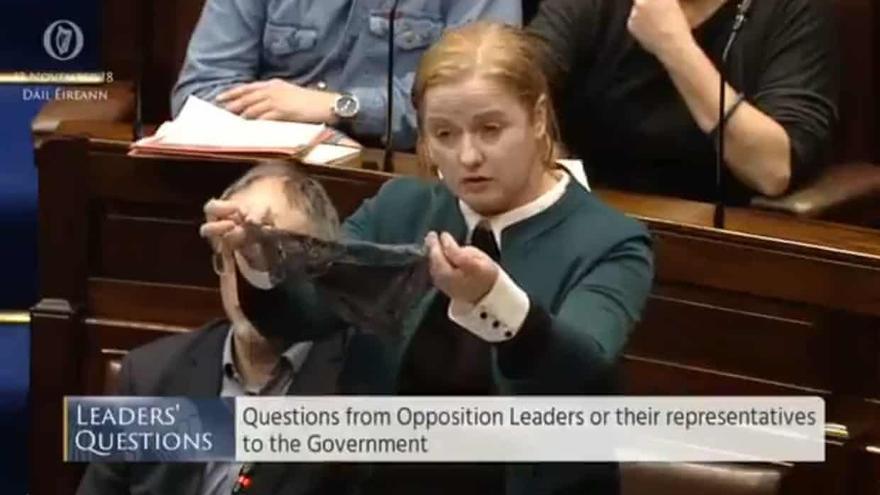 Ruth Coppinger sostiene una tanga en el parlamento irlandés