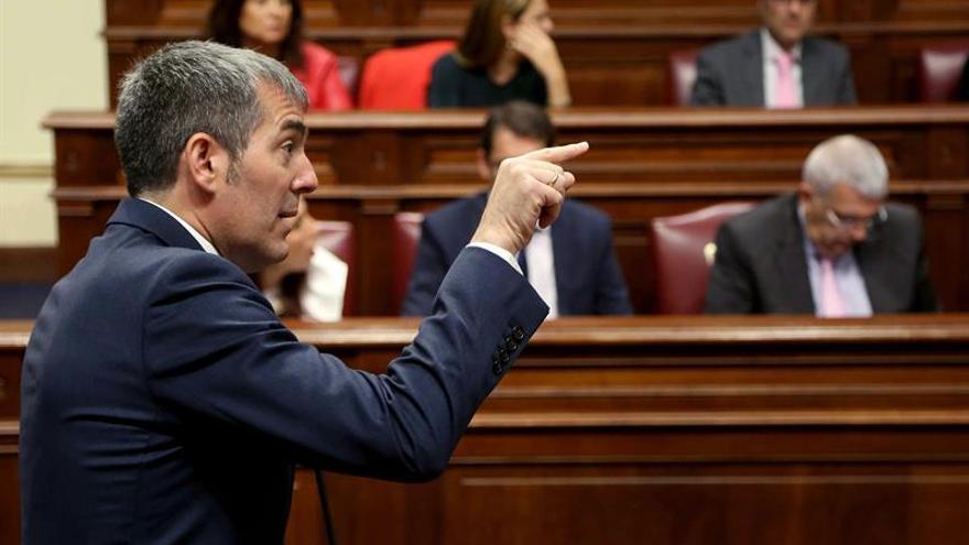 El presidente del Gobierno de Canarias, Fernando Clavijo, responde a la oposición durante la segunda jornada del Debate sobre el Estado de la Nacionalidad