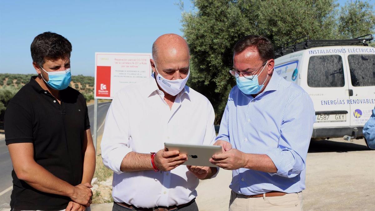 El delegado de Medio Natural y Carreteras de la Diputación de Córdoba, Francisco Palomares (dcha.), y el alcalde de Rute y presidente provincial, Antonio Ruiz, en el encuentro mantenido.