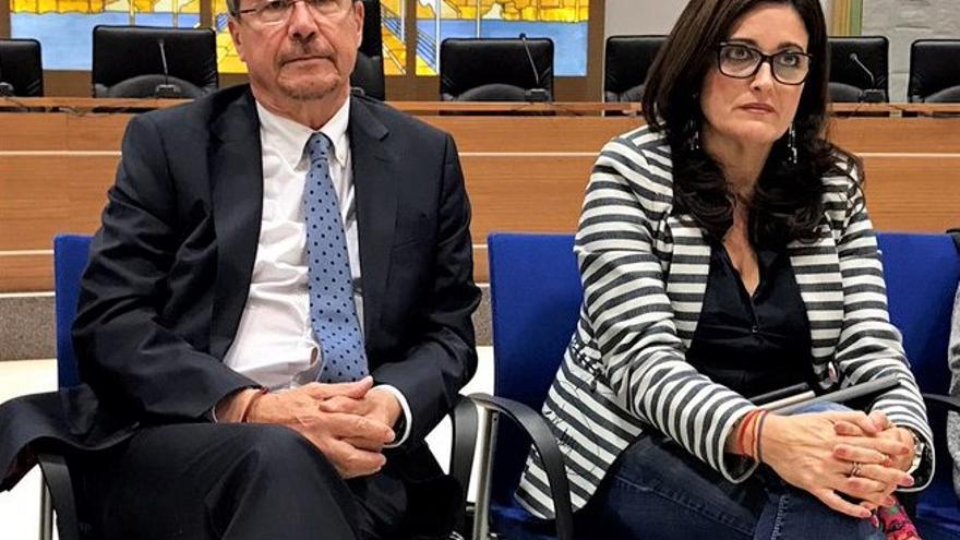 El subsecretario de la conselleria de Sanidad, Ricardo Campos, junto a la alcaldesa de Carlet, Maria Josep Ortega