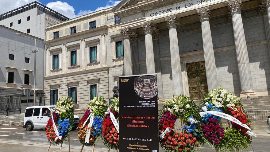 Coronas de flores frente al Congreso, en una protesta de Alianza Cívica