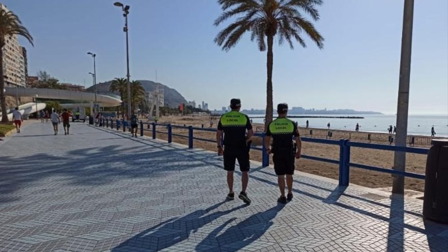 Policías municipales patrullan en Alicante