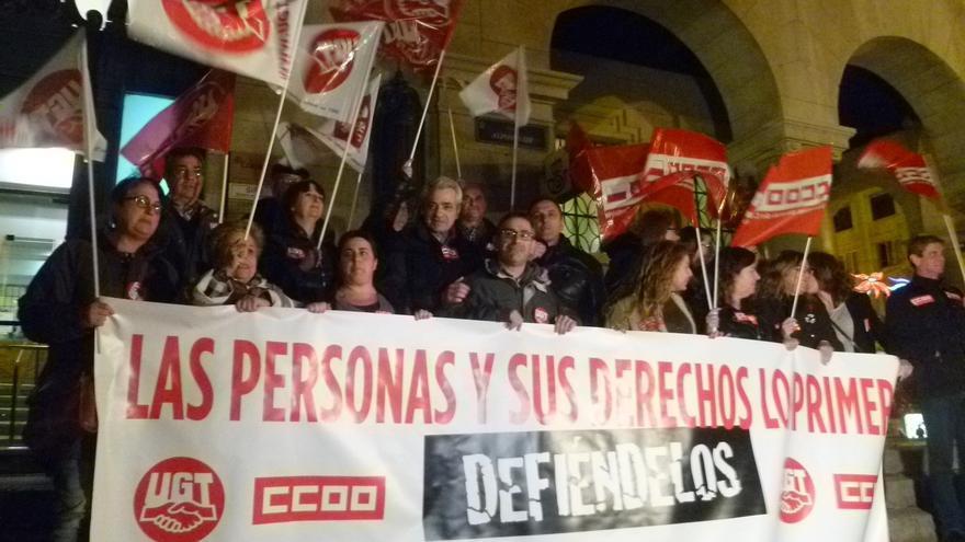 Medio millar de personas secunda la concentración de UGT y CCOO para exigir la recuperación de derechos