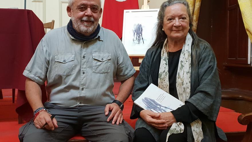 Juan Capote y Elsa López en la presentación del libro.