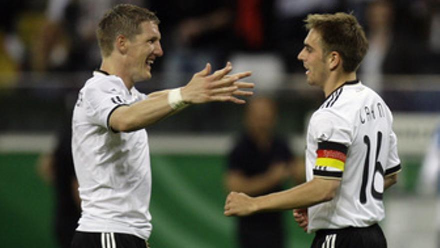 Schweinsteiger y Lahm celebran un gol