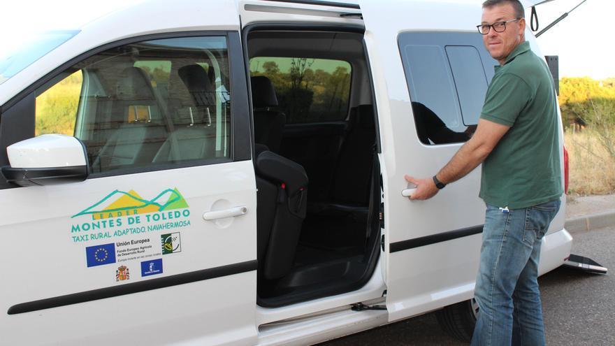 Pedro Querencia con el taxi rural que recorre la comarca de los Montes de Toledo / GDR Montes de Toledo