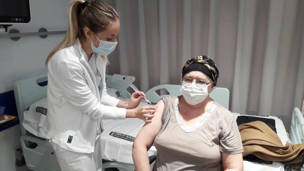 Una sanitaria vacuna a una mujer en el departamento de salud de la Ribera.