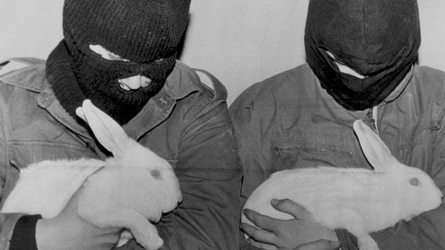 Dos miembros del Frente de Liberación Animal (FLA)