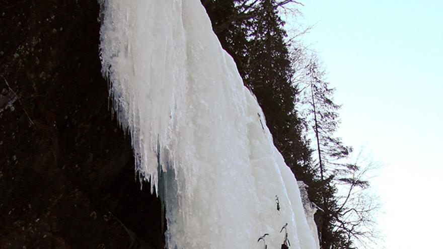 Escalador avanzando en hielo vertical. En caso de caída éste debería saltar hacia detrás, para no engancharse con la pared, hasta tensar la cuerda, siempre y cuando esté correctamente colocado, como en la imagen, llevando la cuerda por un lateral para no tropezarse.