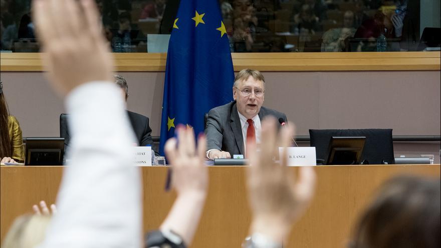 El presidente de la Comisión de Comercio Internacional de la UE (INTA), Bernd Lange, durante una votación del TTIP. Foto: European Parliament https://www.flickr.com/photos/european_parliament/18197147005/in/album-72157653583219032/