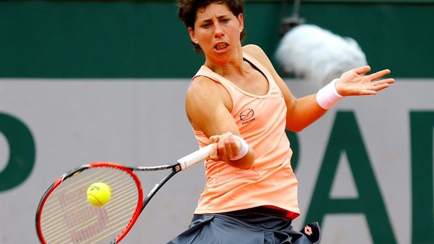 La española Carla Suárez golpea la bola contra la checa Katerina Siniakova durante su partido de primera ronda del torneo Roland Garros de tenis disputado en París, Francia. EFE/Robert Ghement