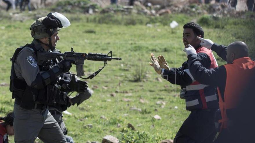 Cientos de niños refugiados palestinos lanzan globos reclamando apoyo a la UNRWA