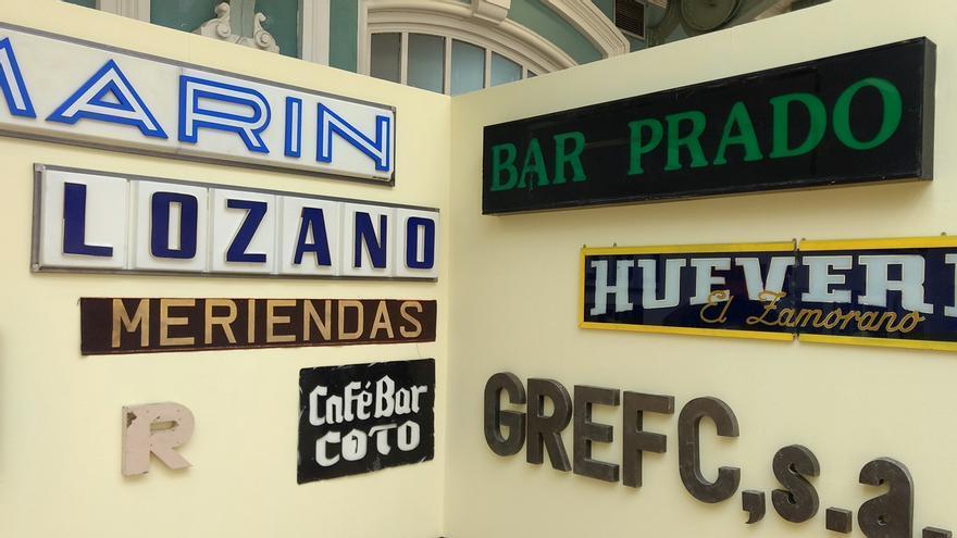 Carteles de los antiguos bares de Malasaña Lozano y Prado, en la exposición de Paco Graco   SOMOS MALASAÑA
