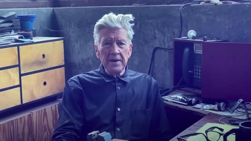 David Lynch en uno de sus ya memorables partes metereológicos que realiza desde su estudio