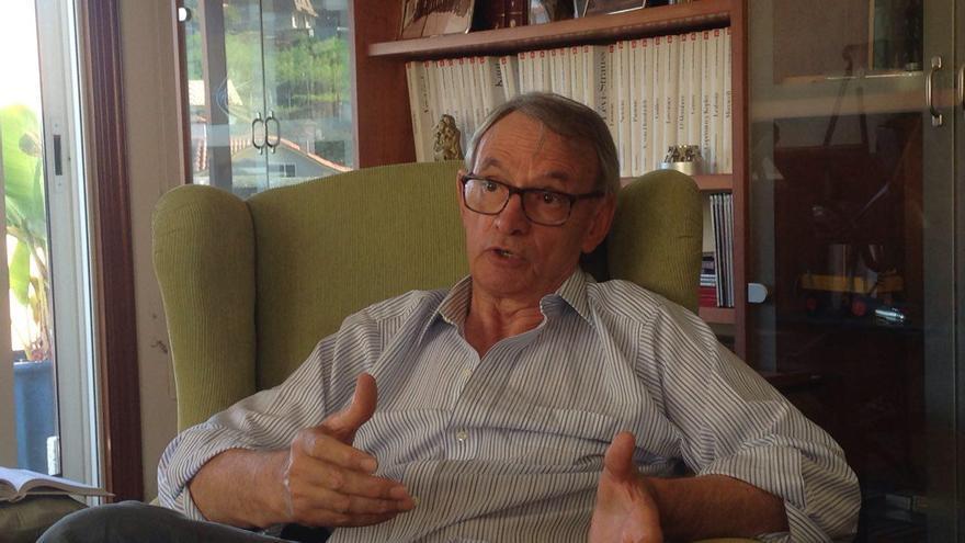 Antón Costas, en un momento de la entrevista en su casa natal en Vigo
