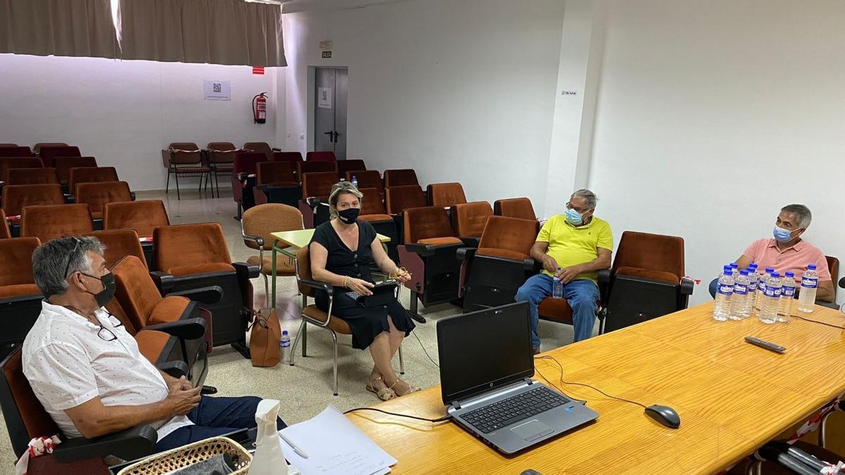 Un momento de la reunión para evaluar las consecuencias del incendio y el temporal de viento y calor en el campo palmero.
