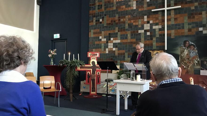 Interior de la Iglesia protestante de La Haya mientras prestan servicios religiosos de forma ininterrumpida