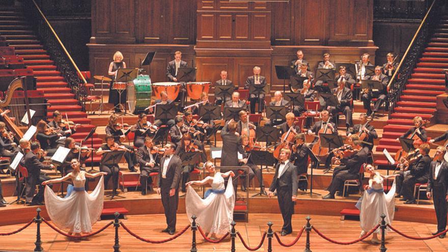 Instante de una actuación de la Strauss Festival Orchestra y la Strauss Festival Ballet