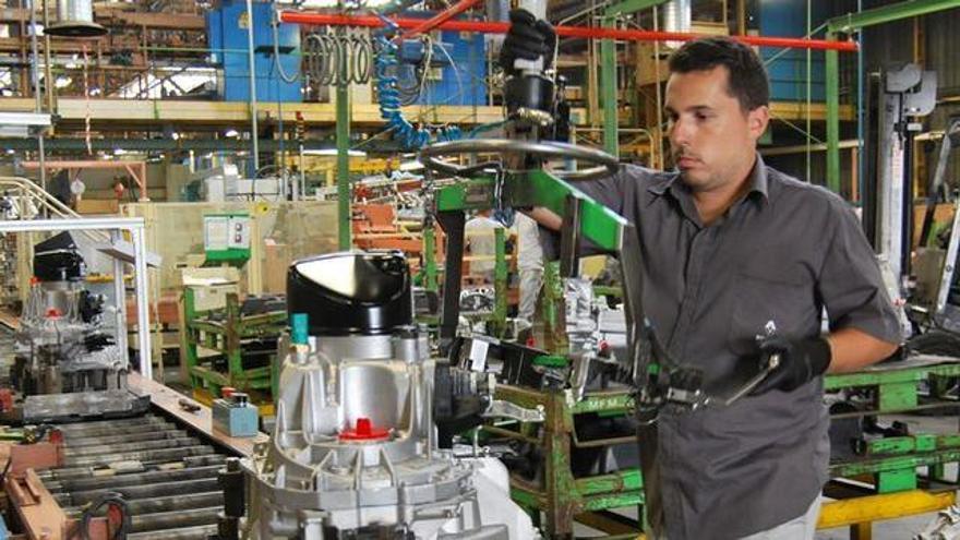Operario en una planta industrial radicada en las islas