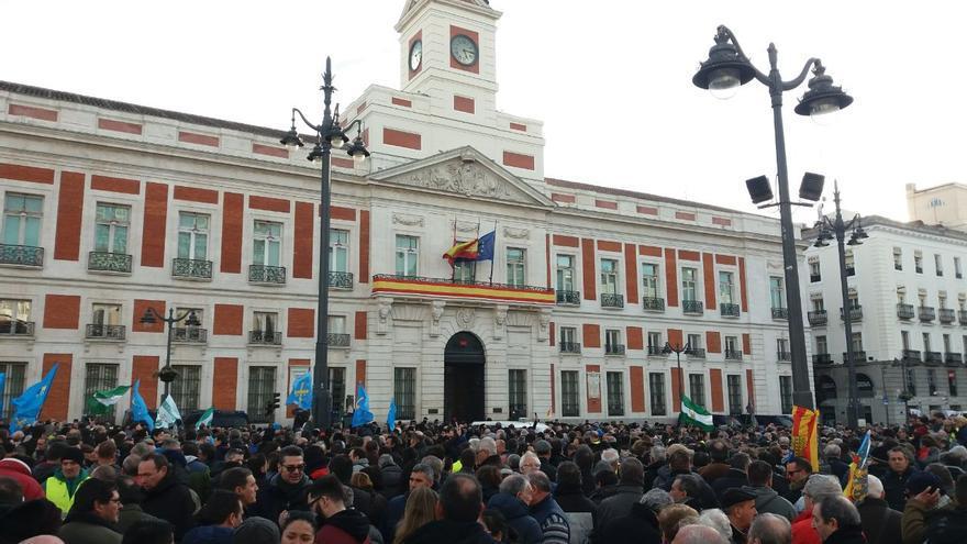 Los taxistas se manifiestan frente a la Puerta del Sol