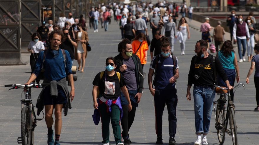 Se disparan los contagios en Cataluña, con una edad media que baja de los 29 años