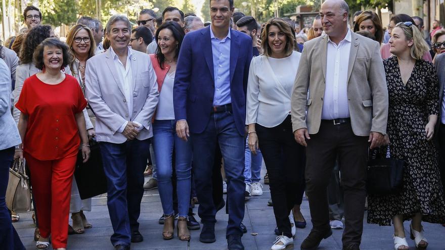 Pedro Sánchez, cercano y empático, habla y se hace fotos junto a Susana Díaz en un paseo durante una hora