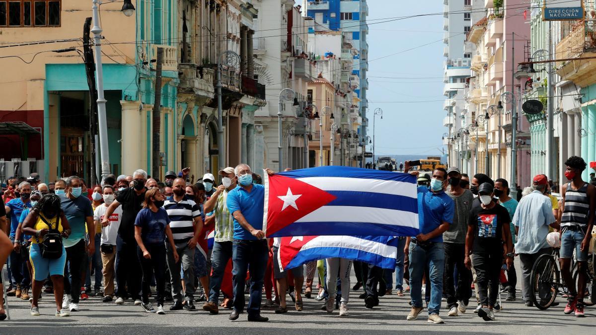 Un grupo de manifestantes sale a las calles de La Habana.