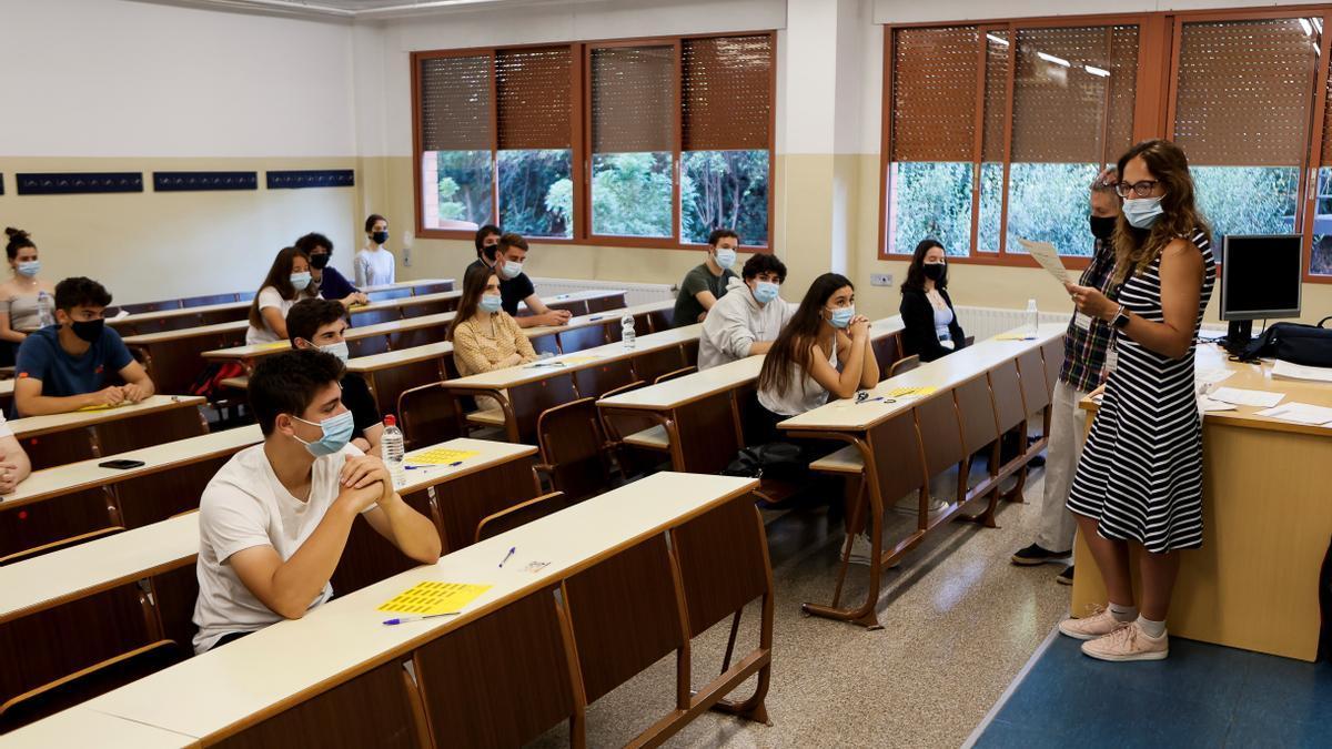 Estudiantes se examinan en un aula universitaria