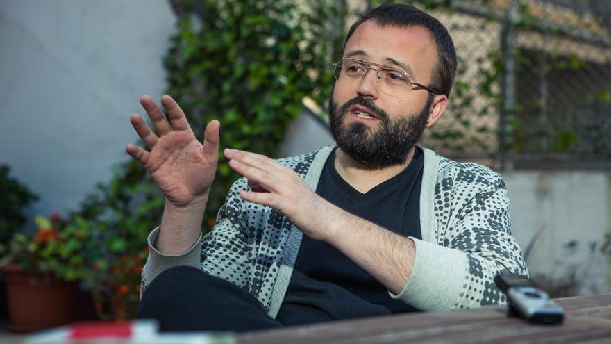 Carlos Macías, portaveu de PAH Barcelona durant l'entrevista / ENRIC CATALÀ