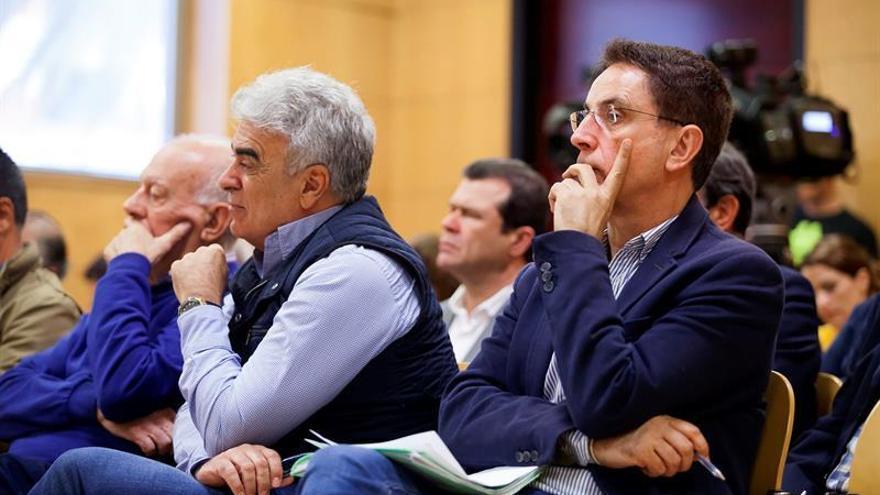 El exalcalde de Arona, José Alberto González Reverón (d), junto a el exedil Félix Sierra y otros implicados durante el juicio del conocido como Caso Arona / Ramón de la Rocha/EFE