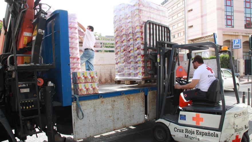 Cruz Roja preparando la distribución de alimentos en sus instalaciones de Murcia