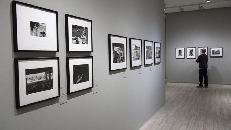 Exposición revisa la fotografía humanista de Bruce Davidson y sus perdedores