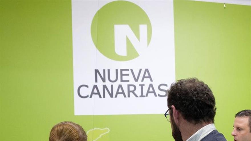 El presidente de Nueva Canarias (NC), Román Rodríguez (c), habla con varios de los miembros de la ejecutiva nacional de su partido. (EFE/Ángel Medina G.)