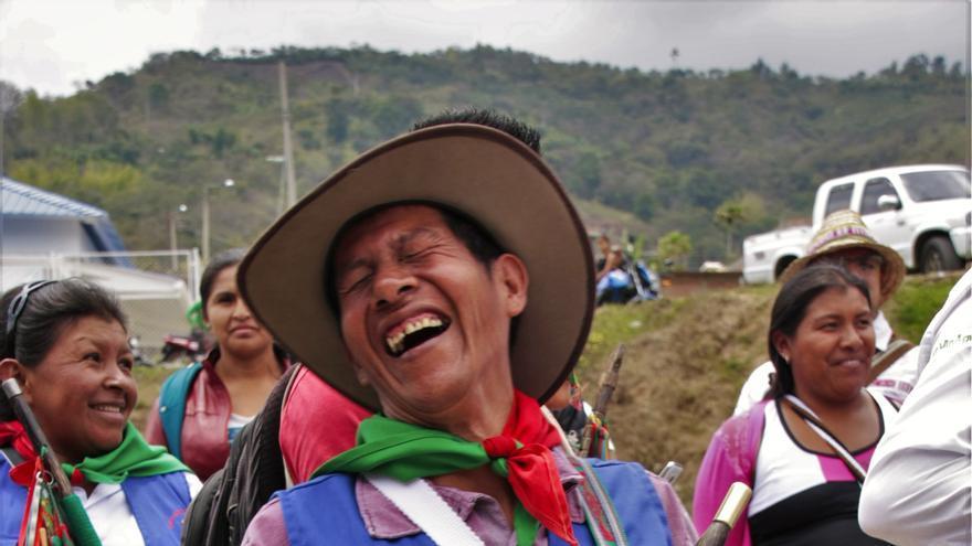Un miembro de la guardia indígena se riíe a la entrada de una asamblea de la comunidad en Toribío (Norte del Departamento del Cauca). | Pablo Rodero