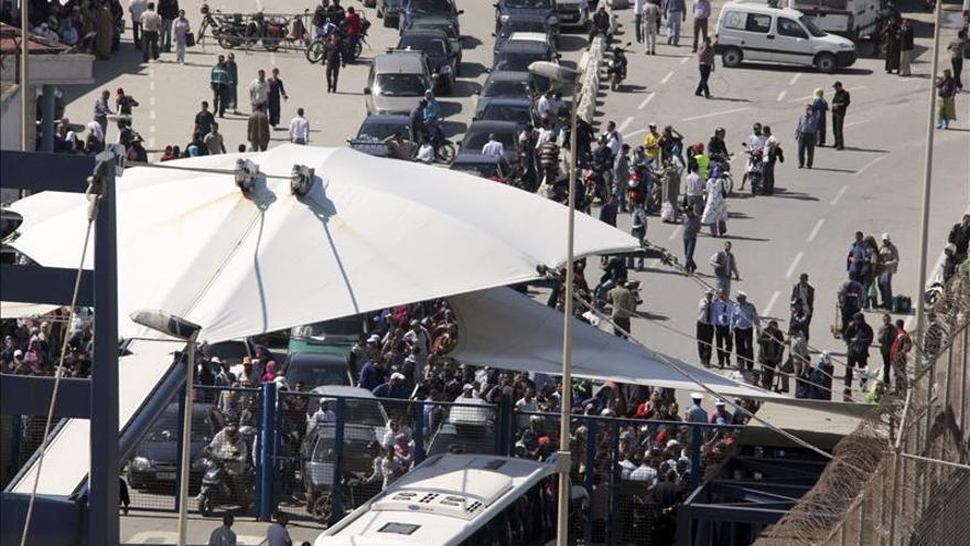 Cierra la frontera en Ceuta con Marruecos por la acumulación de cientos de porteadores