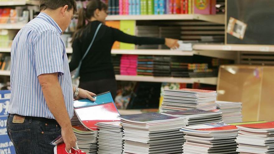 Apenas quedan dos semanas para la vuelta al colegio y son muchos los padres y madres que ya preparan el material escolar de sus hijos. Foto: Europa Press.