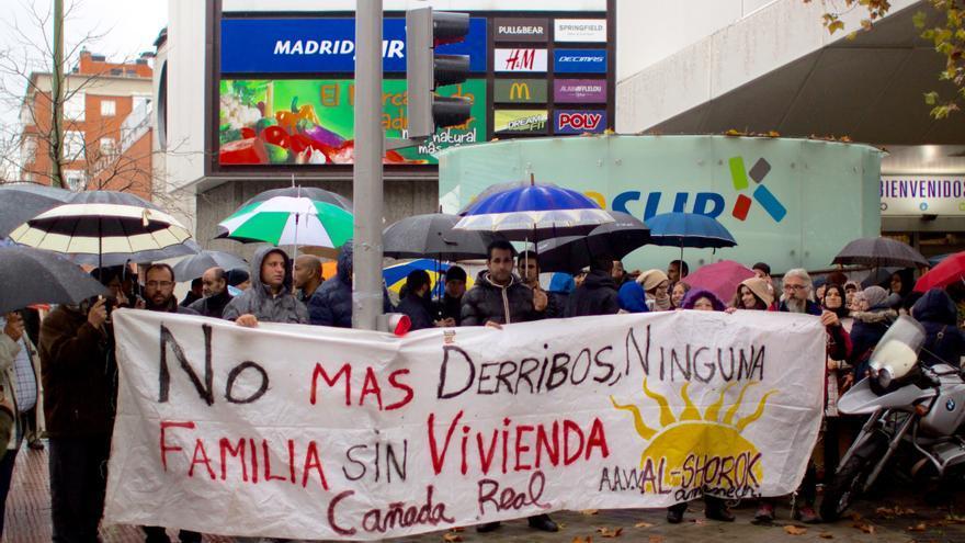 Vecinos de la Cañada Real se concentran frente a la Asamblea de Madrid en protesta por el nuevo borrador del Plan Regional.