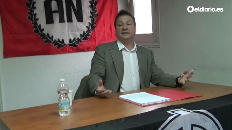 Fernando Paz en una charla que impartió ante la bandera de Alianza Nacional
