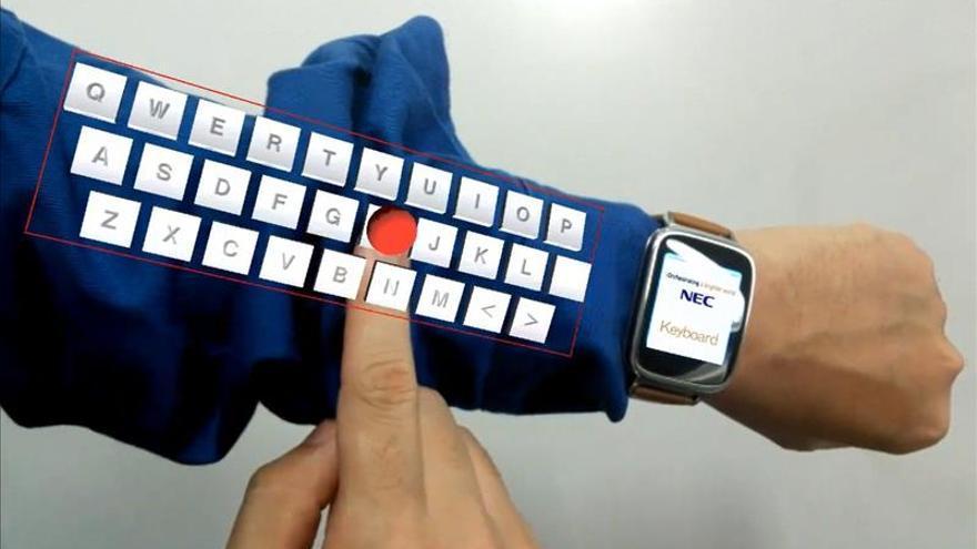 """Una empresa japonesa crea un """"teclado virtual"""" que se proyecta sobre el brazo"""