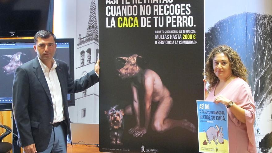 El alcalde de Los Realejos, Manuel Domínguez, y la concejala de Sanidad, Carolina Toste, frente al cartel de la campaña