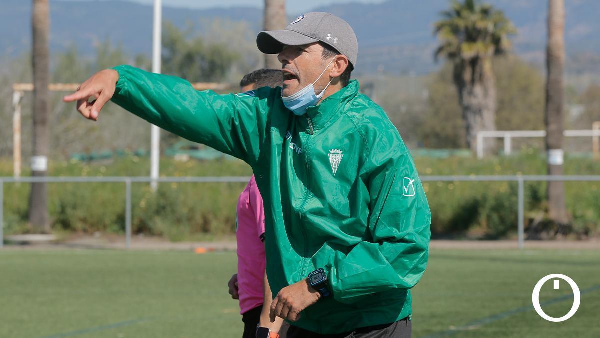 Roberto Ramírez, en un partido del Córdoba Femenino